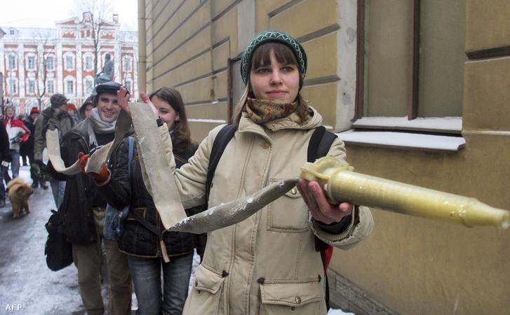 Diákok tiltakoznak a szentpétervári Európai Egyetem bezárása ellen 2008. február 29-én. Az egyetemet egy alkalommal a tűzvédelmi szabályok megsértése miatt akarták bezárni, azonban az egyetem szóvivője szerint politikai okok húzódtak meg a háttérben.