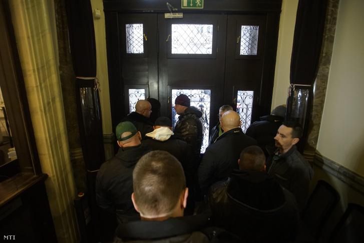 A vasárnapi zárva tartásról szóló népszavazási kérdés benyújtására várakozók csoportja Budapesten a Nemzeti Választási Iroda épületében 2016. február 23-án. Hátul jobbra takarásban Nyakó István MSZP-s politikus volt országgyûlési képviselő.