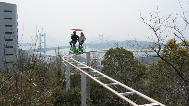 Pedálos hullámvasúttal csalogat egy japán vidámpark