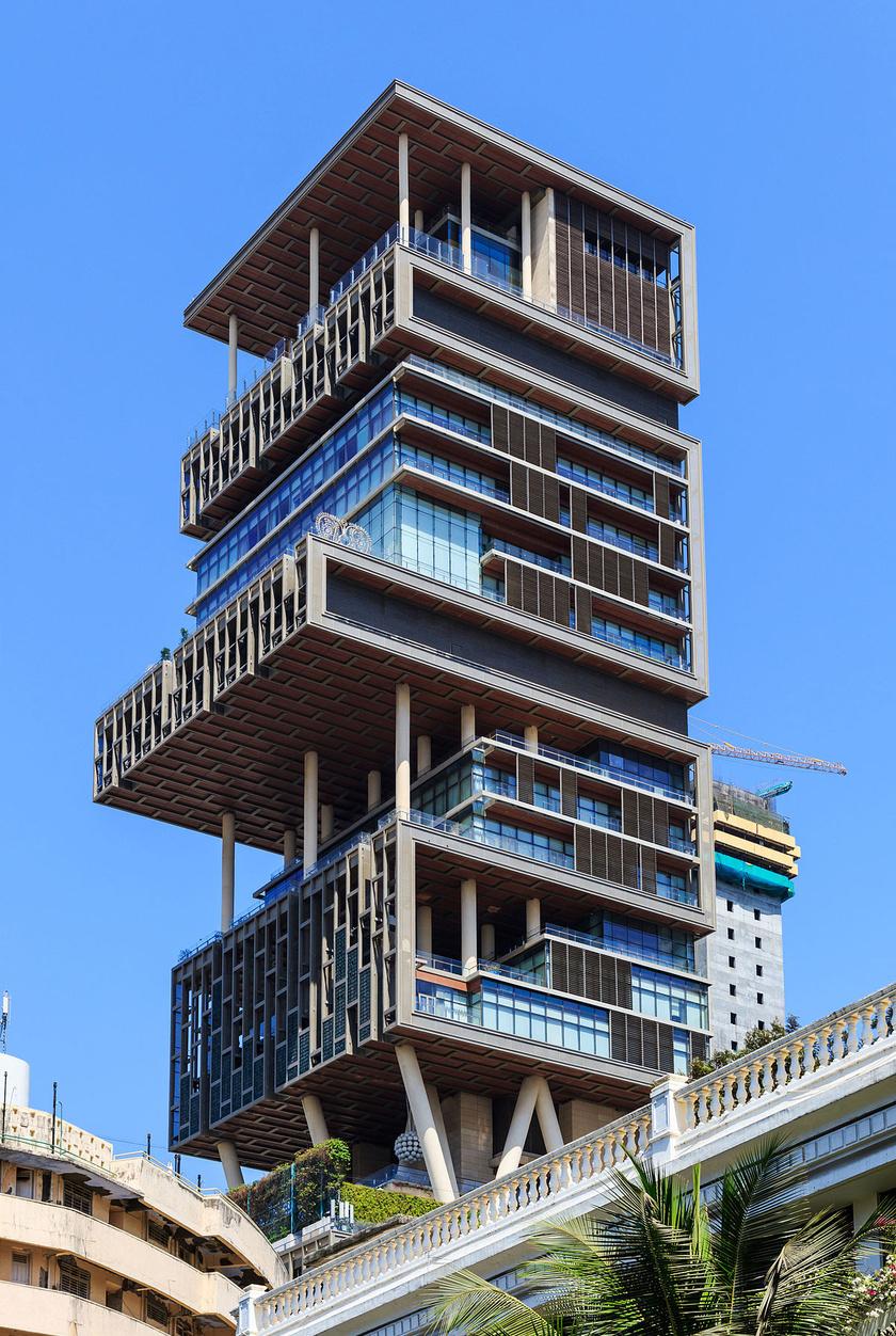 Az Antilia 27 emelet magas - a dupla belmagasság miatt ez 40-nek felel meg -, és alapjaiban határozza meg a környék látképét.