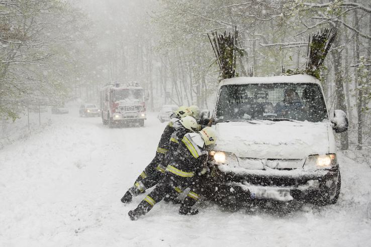 Tűzoltók egy elakadt teherautót mentenek a hóesésben Mátraszentimre közelében