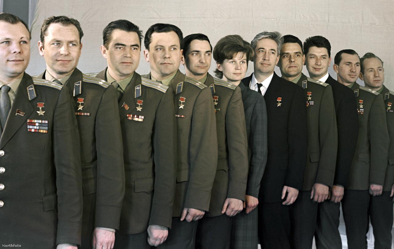 1965: kozmonauta csoportkép.Balról jobbra: Gagarin, Tyitov, Nyikolajev, Popovics, Bikovszkij, Tyereskova, Feoktyisztov, Komarov, Jegorov, Beljájev és Leonov.