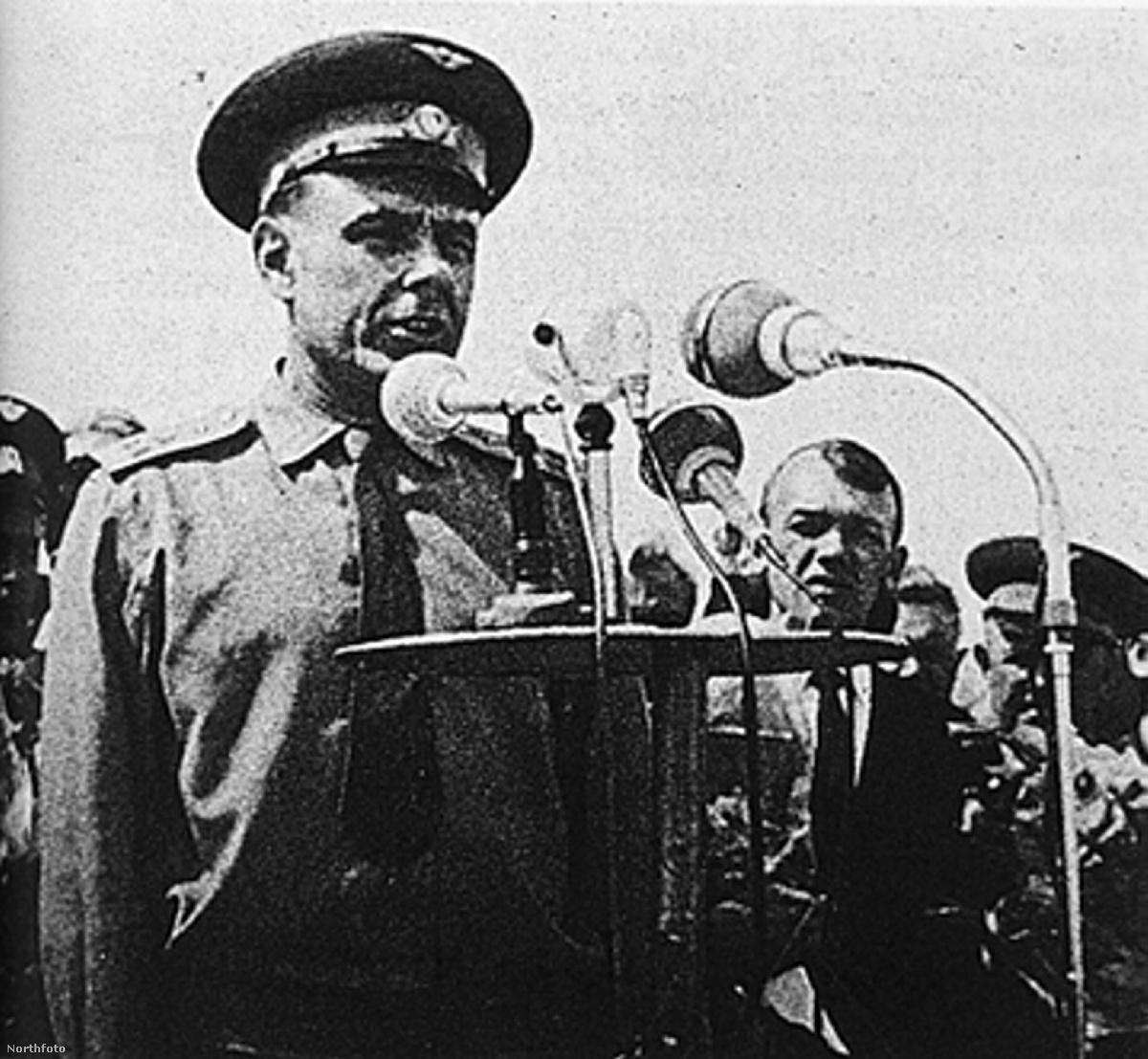 1967. április 23. Komarov a tyuratami rakétabázison, a Szojuz-1 startja előtt.