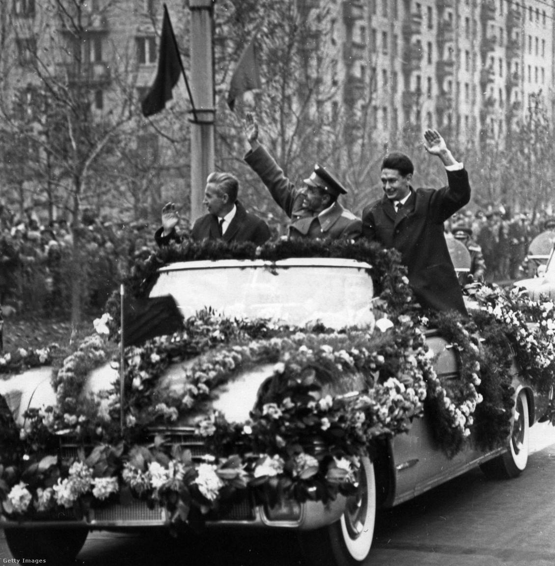 1964: Voszhod-1 épségben visszatért űrhajósainak ünnepi menete Moszkvában.