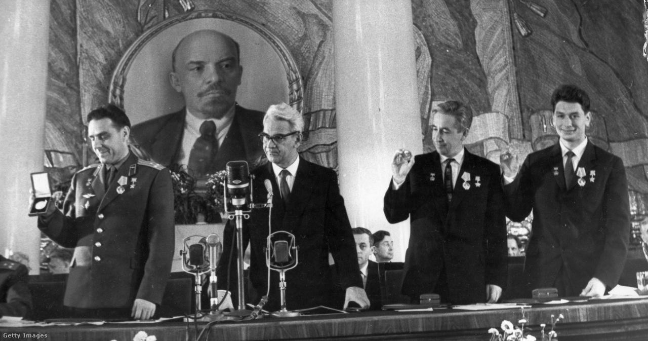 1964. október: Komarov, Feoktyisztov és Jegorov mindhárman megkapták a Ciolkovszkij-érdemérmet a Szovjet Tudományos Akadémiától a Voszhod-1, az első többemberes űrrepülés sikeres teljesítése után.