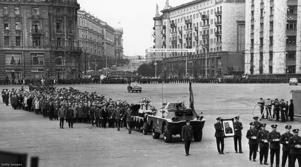 1967. április 26. Komarov temetési menete a Vörös téren, Moszkvában.