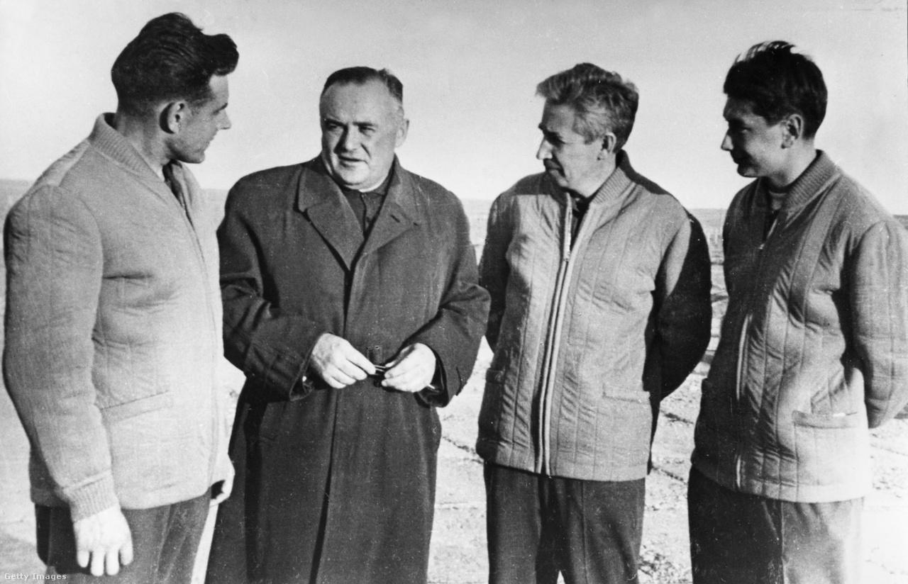 1964. október: a szovjet űrporgram atyja, Szergej Koroljov a Voszhod-1 legénységével, Komarov parancsnokkal, Konsztantyin Petrovics Feoktyisztov fedélzeti mérnökkel és Borisz Boriszovics Jegorov orvossal.