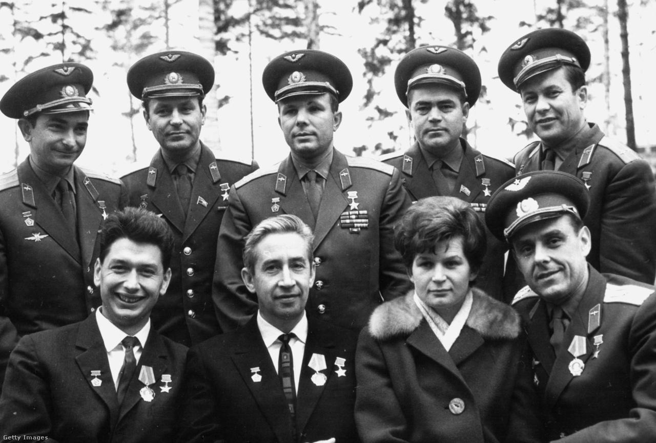 1964, Csillagváros: a Voszhod-1 legénységének sikeres visszatérése után készült kozmonauta csoportkép. Ülő sor balról jobbra: Feoktyisztov, Jegorov, Tyereskova és Komarov, mögöttük Bikovszkij, Tyitov, Gagarin, Nyikolajev és Popovics.