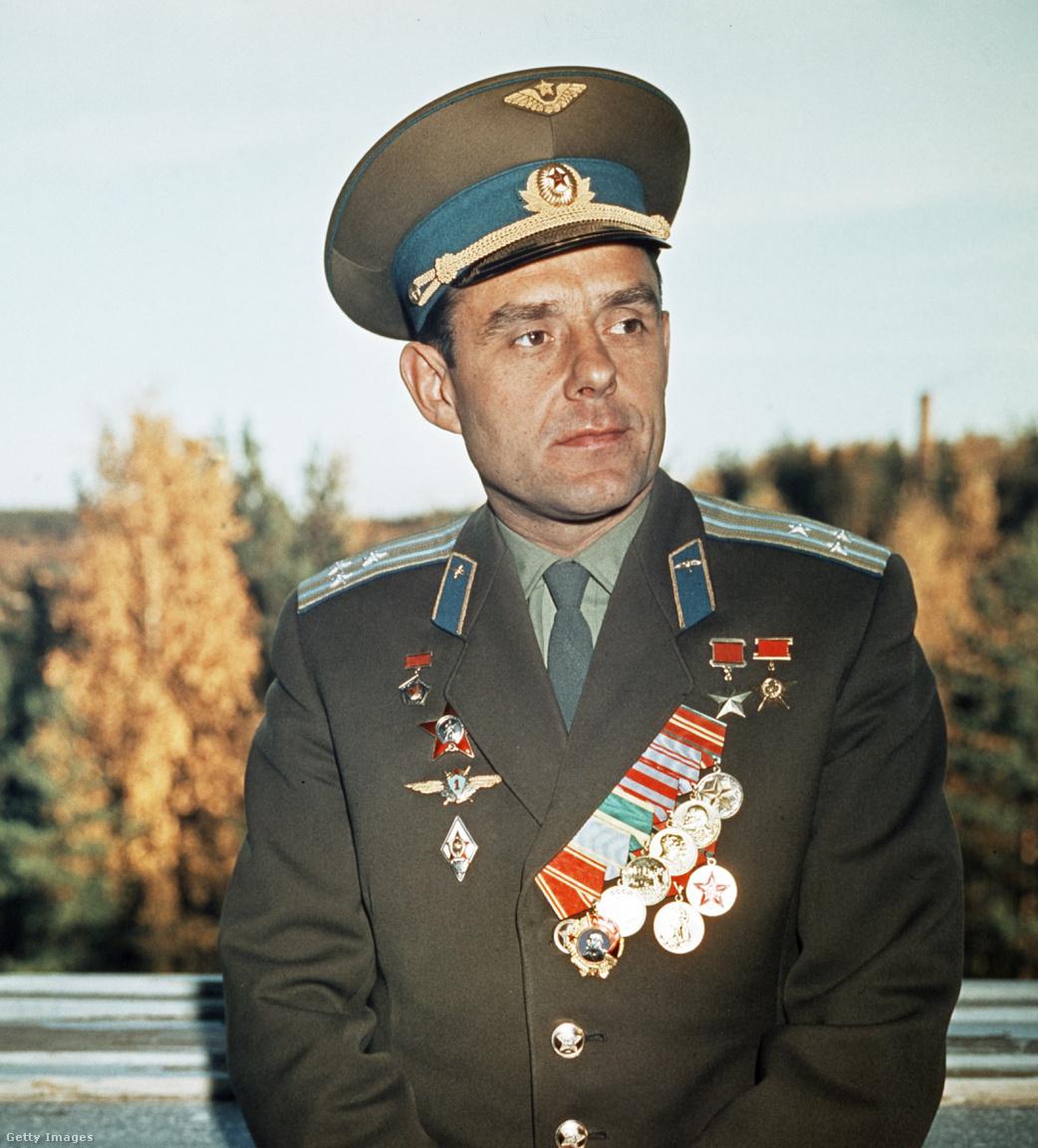 Az állami és katonai kitüntetésekkel bőségesen kidekorált Komarov 1966-ban.
