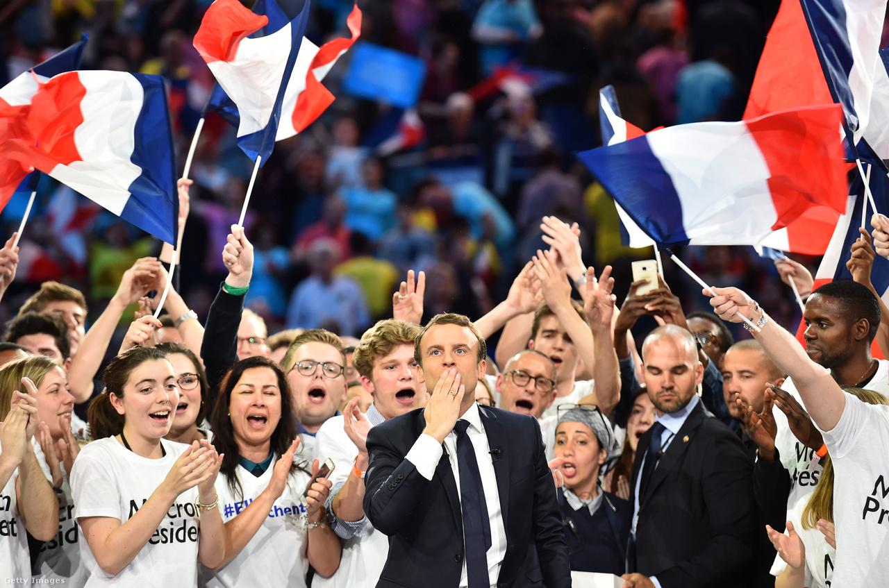 Emmaneul Macron egy április 17-ei kampány rendezvényen.