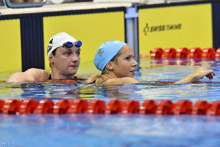 A gyõztes Kapás Boglárka (j) és a második helyezett Hosszú Katinka az 1500 méteres gyorsúszás döntője után
