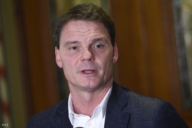 Bánki Erik fideszes képviselő az Országgyűlés gazdasági bizottságának elnöke sajtótájékoztatót tart az ülést követően 2017. február 15-én.