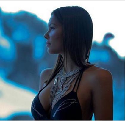 Koholák Alexandra, alias ÉNB Alexa minden kétséget kizáróan az RTL Klubon futó Éjjel-nappal Budapest című kvázireality  egyik legjobb nője