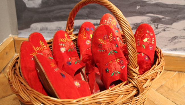 A legendásan páratlan papucsokból nyílik kiállítás Szegeden