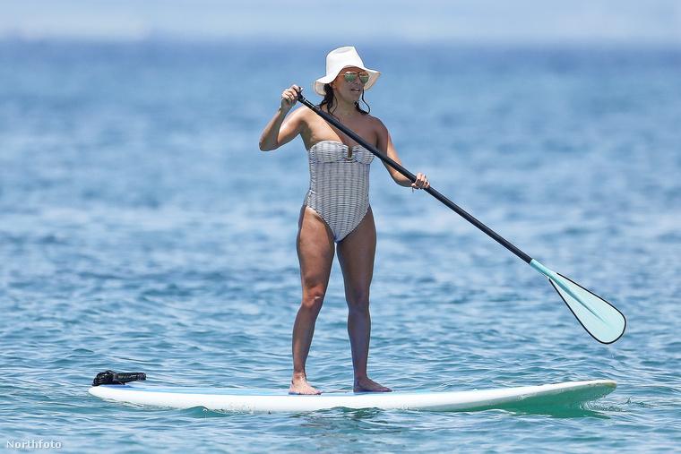 Csakhogy ezúttal nem egy bemutatón, hanem a Maui tengerparton