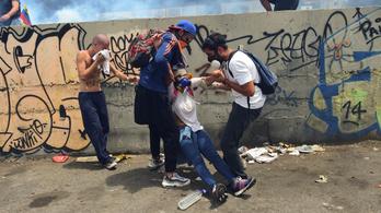 Óriási tüntetéssorozat dagad Venezuelában, hárman meghaltak