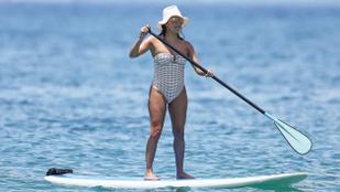 Eva Longoria szexi fürdőruhában úszik a boldogságban