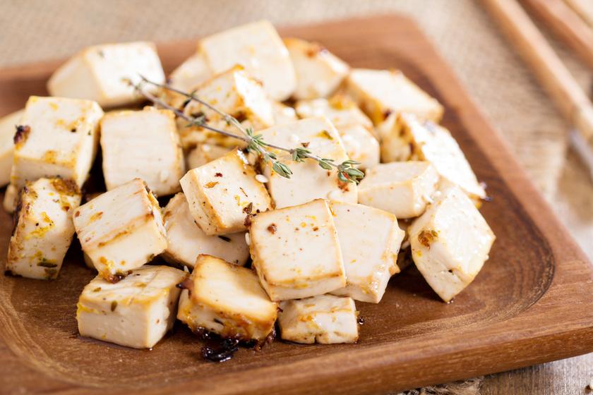 A tofu tele van vassal és növényi fehérjékkel, míg 100 grammonként csak 94 kalória. A probléma az elkészítésnél következik csak: ha olajat használsz, akkor azt szivacsként szívja fel.
