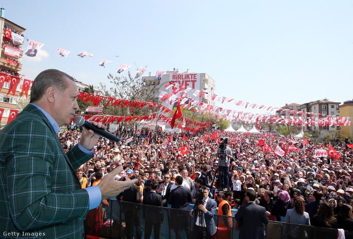 Erdogan tart kampánybeszédet az alkotmánymódosításról szoló népszavazás előtt, 2017. április 17-én.