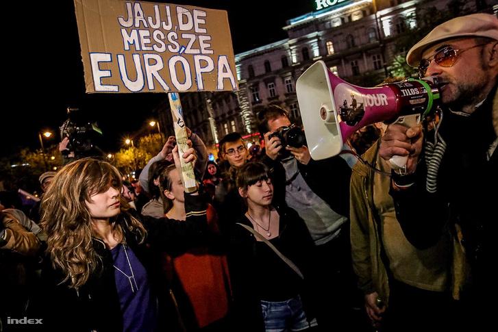 Tüntetők az Oktogonnál 2017. április 15-én