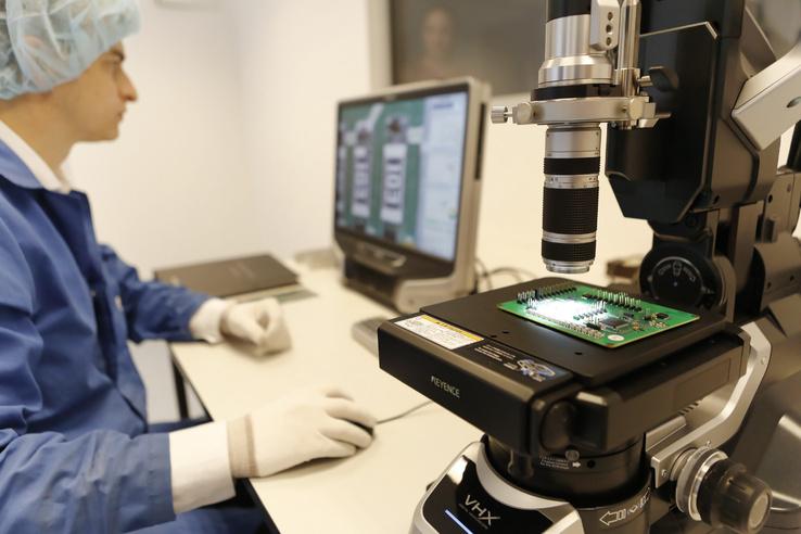 A tisztaszobában űrminősítésű berendezések készülnek, illetve itt folyik ezek mikroszkópos ellenőrzése. A képen egy digitális mikroszkóp látható.