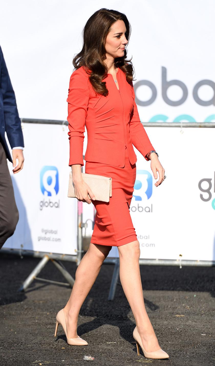 A piros egyértelműen az ő színe, szerencsére újabban sokszor visel ilyen árnyalatú ruhákat.
