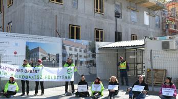 A Karmelita kolostorhoz láncolta magát a Párbeszéd több aktivistája
