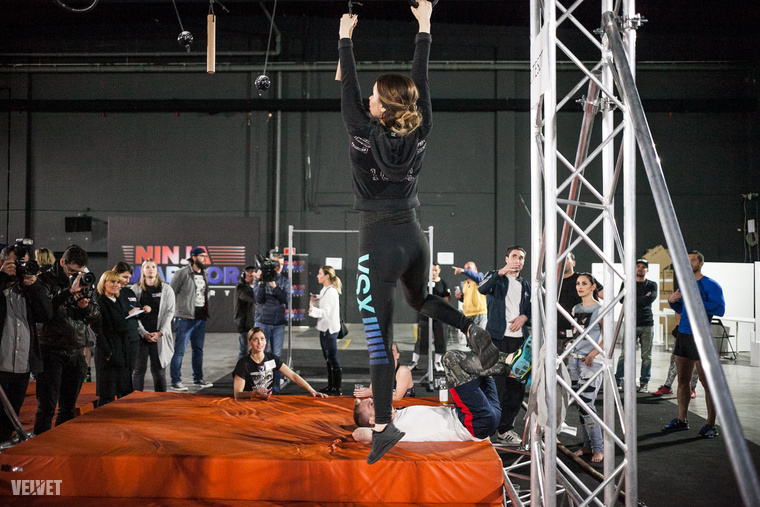 Sáfrány Emese egyébként légtornász-művésznő, de azért neki sem az a szakterülete, hogy izomból fél kézzel tartsa magát egy kötélről himbálózó építőkockán vagy biliárdgolyón.