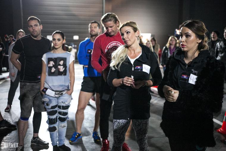 A bal oldalon Müller Attila műsorvezető és felesége, Larion Zoé látható