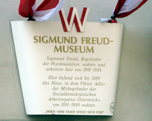 Itt élt Sigmund Freud: emléktábla a ház falán Bécsben