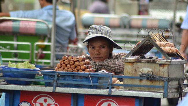Ellentmondásos hírek Bangkokból: mégsem számolják fel az utcai kifőzdéket