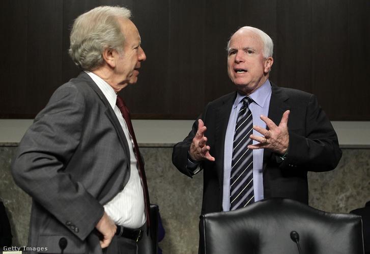 John McCain (jobbra) és Joseph Lieberman szenátorok beszélgetnek 2011. május 19-én, az F-35-ösökkel kapcsolatos szenátusi meghallgatás előtt
