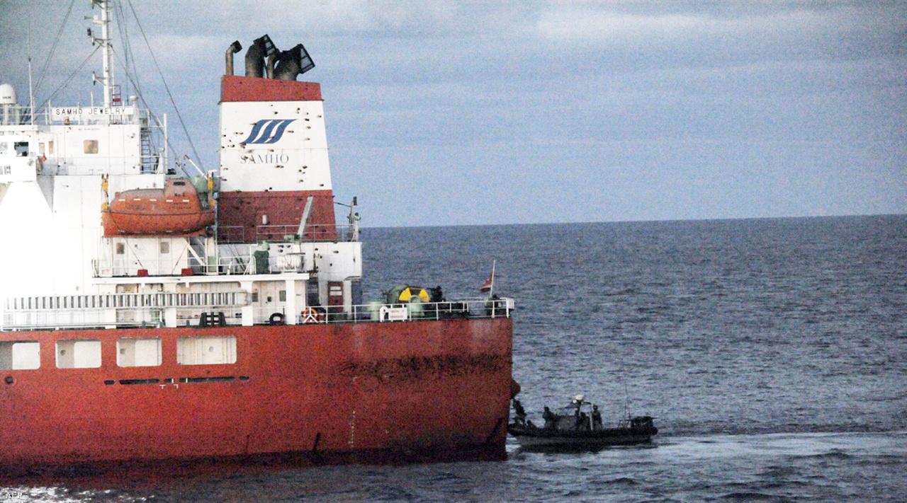 Dél-koreai tengerészek támadnak meg egy kalózok által elfogott dél-koreai hajót az Indiai-óceánon.