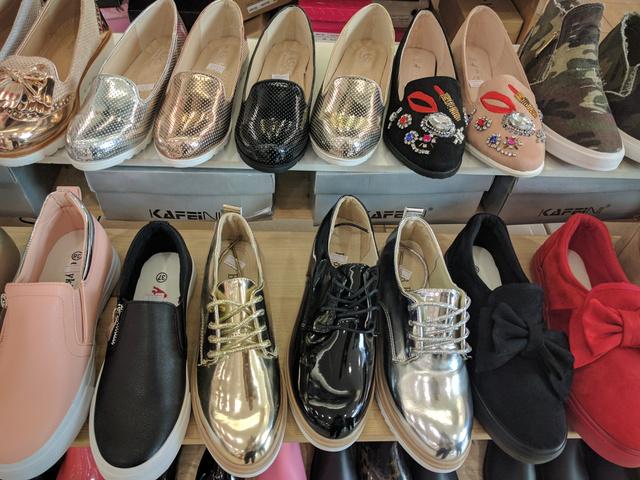 Asia Center: a felvarrókal díszített mokaszin 3800 forint, az első sor fémes cipői 3500 forintot kóstálnak.