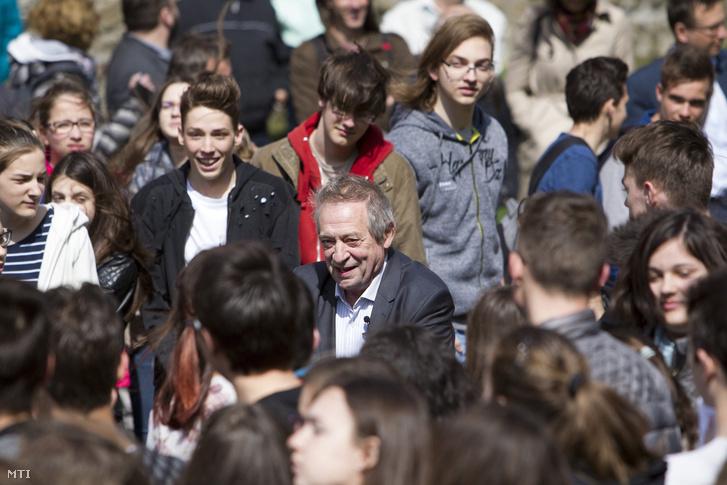 Jordán Tamás a költészet napi rendezvényen amelyen vezetésével közel 800 diák szavalta el Arany János Szondi két apródja címû versét a kõszegi Diáksétányon 2017. április 11-én.