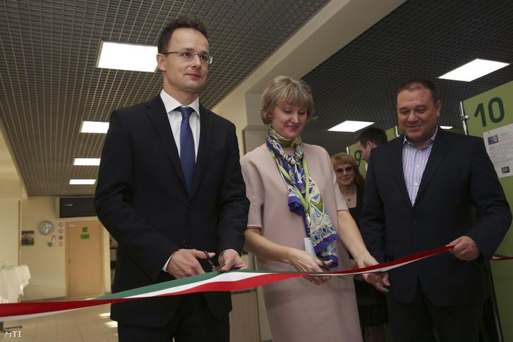 Szijjártó Péter, Jelena Cvetkova és Tarsoly Csaba a moszkvai magyar vízumközpont megnyitóján 2014. november 19-én.