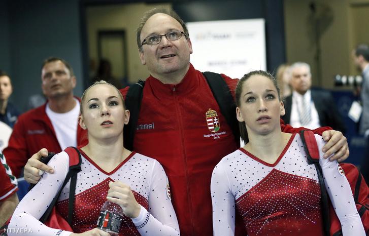 Dévai Boglárka (b) Kovács Zsófia (j) és Draskóczy Imre szövetségi kapitány az ugrásgyakorlatuk pontozását nézik a kolozsvári torna Európa-bajnokság nõi egyéni versenyének selejtezõjében