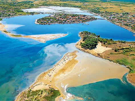 Zdrijac és a Királynő strandja Nin mellett. A háttérben a kis sziget az óváros