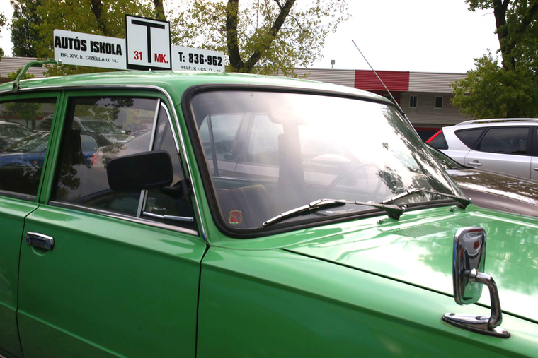 Igazi Lada-tanulókocsi, előretolt tükörrel, második pedálsorral