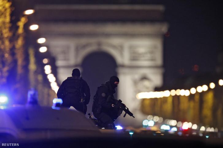 A lövöldözés után lezárt Champs Elysées április 20-án éjszaka