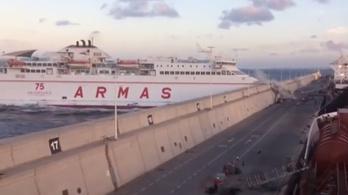 A mólónak ütközött egy tengerjáró a Kanári-szigeteken
