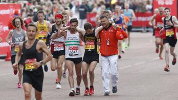 Vállán vitte célba félájult versenytársát a London Marathon hőse