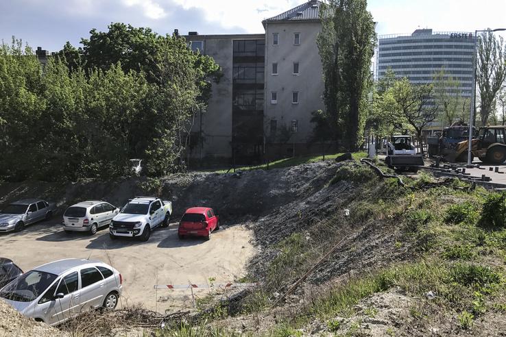 Jelentős a szintkülönbség a Népfürdő utca a parkoló egy része között