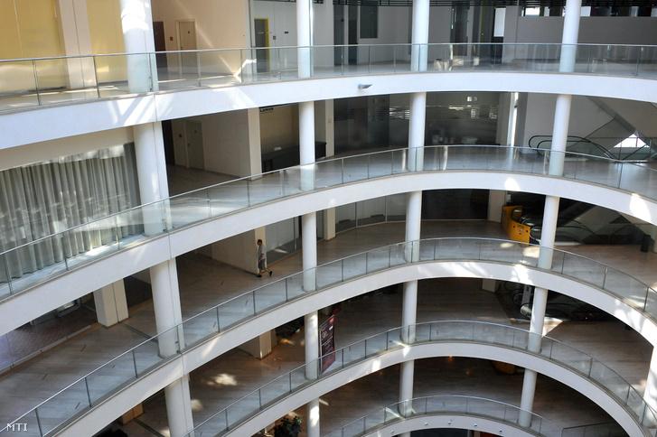 A Material Center belső tere, amikor még Grand Fashion Outlet Pláza néven bevásárlóközpontként tervezték megnyitni