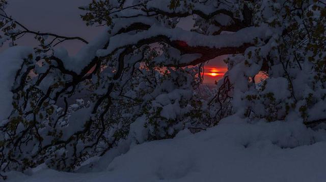 Naplemente az áprilisi hóval borított Pilisben