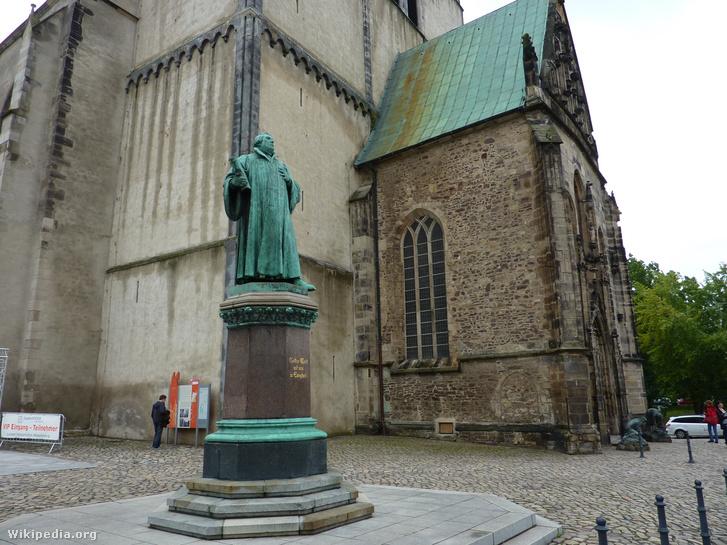 Luther szobra a magdeburgi Szent János-templom előtt