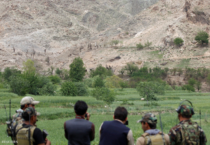 A helyi biztonsági erők szakemberei tartanak terepszemlét a letarolt domboldalnál