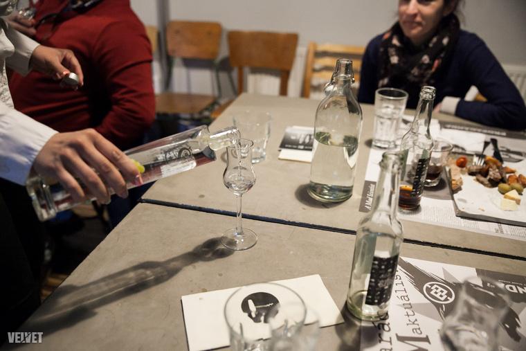 Fontos eleme a pálinka mozinak, hogy azért ne csak igyunk....