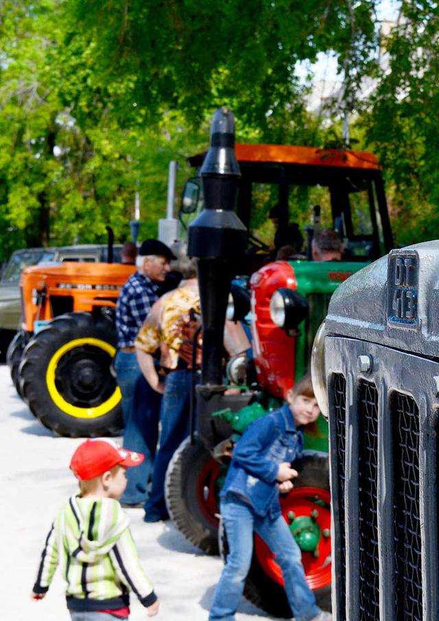 A városi kisfiúk biztosan boldogan veszik majd birtokba a régi traktorokat