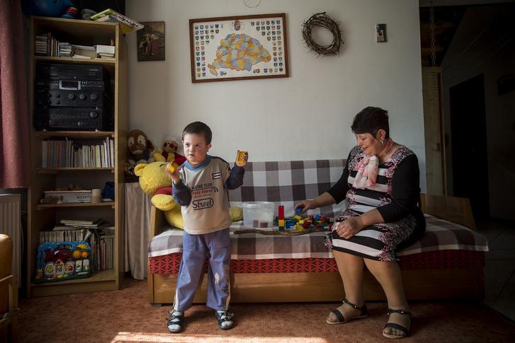 Joli négy családot segít Pest megyében, köztük Ágnesékat